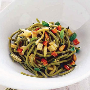 Tallarines verdes con vegetales fritos